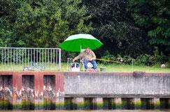 Angler am Nord- Ostsee- Kanal