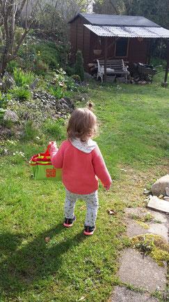 Die nächste Generation ist auch schon im Garten unterwegs und hilft fleissig mit!