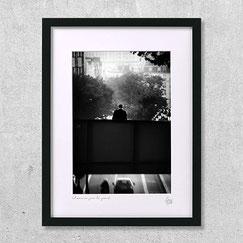 tirage 40x30 photographie noir et blanc paris ville urbain L'homme sur le pont
