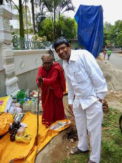 """Dieses Foto habe ich vor mehr als einem Jahr aufgenommen, als es aufgrund der Bauarbeiten am Hotel noch keinen Schirm für """"Courtallam Paati"""" gab (""""Paati"""" ist das Tamil Wort für Oma)"""