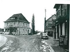 Links das Café Porte de Lamadelaine - Gerdeaus die Brücke - nach links unter der Eisenbahnbrücke hindurch Rollingen.