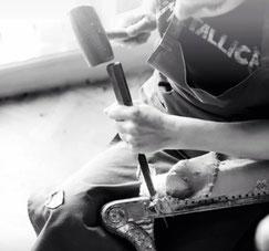 photo en noir et blanc d'un artisan tapissier en train de dégarnir un fauteuil dauphins en bois doré du XIXème siècle crédit photo ecoute bergere fleur de coriandre