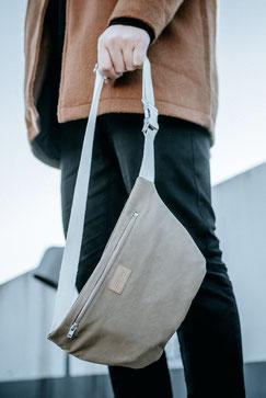 Bauchtasche Ubangi - Bauchtasche - Ubangi - wasserabweisend - Tasche - Handtasche - Bumbag - Crossbodybag - herrentasche - Damentasche - brown - Bauchtasche braun - wasserfest - schwarz - Metallschnalle - nachhaltig