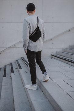 Bauchtasche - Bauchtasche Cord L - große Bauchtasche - Cord - cordtasche - schwarz - tiefschwarz  - Tasche - Handtasche - Gürteltasche - Umhängetasche - Bumbag - Crossbodybag - rote Tasche - vegane Tasche - faire Tasche - nachhaltige Tasche - zacamo