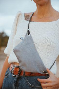 Bauchtasche Suede - Tasche - suede - gürteltasche - Handtasche - graue Tasche - grau - mausgrau - Umhängetasche - Ledertasche - Düsseldorf - lokal produziert - samtig - verstellbar - innenfach - Mode - Tasche - Handtasche - zacamo