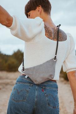 Bauchtasche Suede - Tasche - suede - gürteltasche - Handtasche - graue Tasche - grau - mausgrau - Umhängetasche - Ledertasche - Düsseldorf - lokal produziert - samtig - verstellbar - innenfach - Mode - Tasche - Handtasche