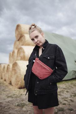 Bauchtasche - Cord - Cordtasche - Tasche - Lederriemen - rot  - rostrot - Reisverschluss - zacamo - Gürteltasche - Umhängetasche - kleine Tasche - recyclingleder - Handtasche - schick - schlichte Tasche - Damentasche