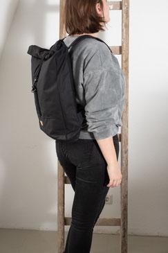 Rucksack Ubangi - rucksack black - rucksack dunkel - Ubangi - rucksack 11 liter - Tasche - Herrentasche - verstellbar - wasserabweisend - rolltop - seitentaschen - Innenfach - Karabiner - schwarz - dunkel - zacamo