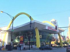 マクドナルド1号店のあった場所にはロックンロール・マクドナルド。