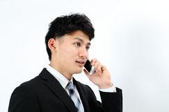 男性が電話で相談している様子
