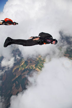 Hauser im Element als Fallschirmspinger und Redner