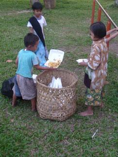 Kinder die im Abfall etwas zu Essen suchen.