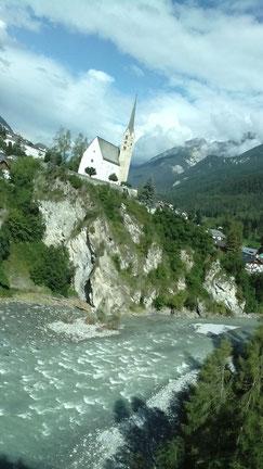 Die malerisch gelegene Kirche im Zielort Scuol