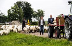 Uitvaart met landbouwwagen