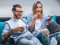 Spirituelles Fernsehprogramm, Mann und Frau genießen das Fernsehen
