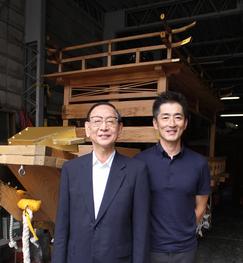 自治会長で江崎べっ甲店社長の江崎淑夫さん(左)と長采の小西雅人さん。昭和30年建造の川船は今年で64歳に。
