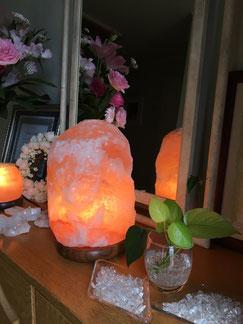 岩塩ランプでお出迎え