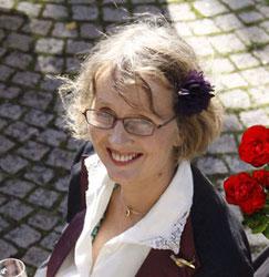 Claudia Gehrke (blonde, halblange Haare, Brille, lächelnd)