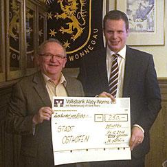 (v.l.) Mathias Loris bei der Spendenübergabe an Bürgermeister Thomas Goller Foto: privat