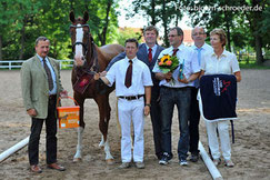 Ehrung der Siegerin bei den dressurbetonten Stuten Queen Rubin von Quadroneur aus der Zucht Von dr. Frank Klakow aus Osterburg