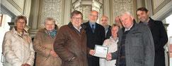 Franz von Falkenhausen (3.v.l.) übergibt Scheck über 2000 Euro vom Kirchbauverein Jena für die Orgelsanierung in Oßmaritz an Albrecht Rödiger. Foto: Angelika Schimmel