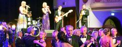 Mehr Platz auf der Tanzfläche: Bei den vergangenen Opernbällen war diese stets überfüllt, es herrschte regelrechtes Gedränge. Am Samstag aber kamen die Roben der Damen wenigstens richtig zur Geltung. Foto: Jürgen Scheere
