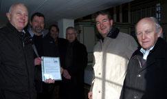 Wolfgang Zitzmann (I.) und Otto Haueis (r.) vom Jenaer Kirchbauverein überbringen eine Finanzspritze in Höhe von 4000 Euro für die Sanierung der Zimmritzer Kirche. Foto: Annett Eger
