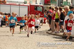 Auch die Bambinis stellten sich der Hitze. 109 kleine Lauffreunde umrundeten den Marktplatz. (Foto. Fischbach)