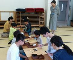 参加者の勉強姿を見守る釜谷美智子センター長