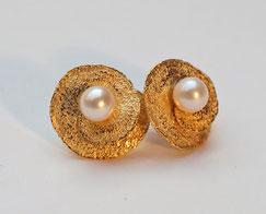 Zweiteilige Ohrstecker mit echten Perlen aus Silber vergoldet