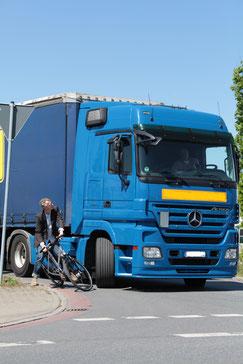 Fahrrad unter LKW / @ ADFC Jens Lehmkühler