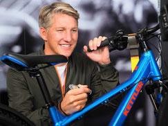 Bastian Schweinsteiger signiert ein Jugendrad der neuen KETTLER-BS-Edition. ©ZEG