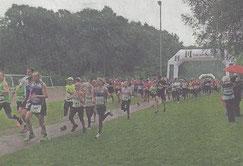 Auch ein paar Regentropfen konnten die läufer auf dem Weg ins Hülser Bruch nicht schrecken.               Foto: Kamp