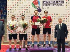 Marvin Seidel (Mitte) und Mark Lamsfuß (2.v.r) bei der Siegerehrung in Baku  Foto: Anja Weber/DBV