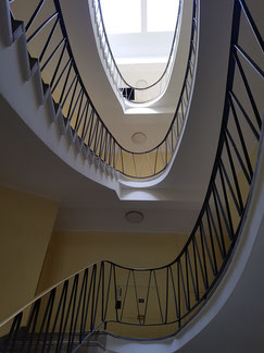 Achtsamkeit: Treppenhaus Aufgang links