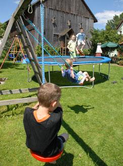Schneiderhof Ferienwohnungen: Großer Garten mit Trampolin und vielen Schaukeln