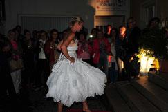 Modell Angeloka, Kunstkleid, Pappierkossage