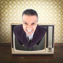 """Ein Mann kommt aus dem Fernseher heraus und schreit. Dazu der Titel: """"Super-GAU im TV"""""""