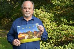 Päsident Klaus Klement präsentiert stolz den Kalender 2014