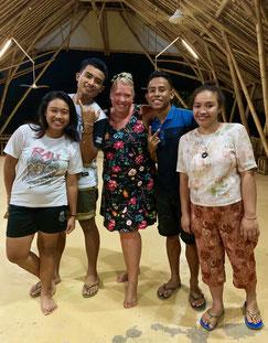 Dansen met de lokale studenten van het Maringi Eco resort in Tambolaka op Sumba