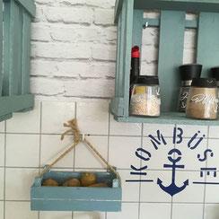 maritimer Plot aus Vinylfolie für langweilige Küchenfliesen