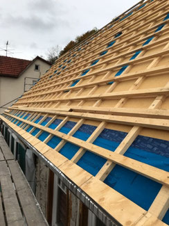 Holzfaserplatten Aufdachdämmung bei der Dachsanierung in Albstadt - Tailfingen. Montage der Dachlattung und Montage der Traufkeile für die Dachrinnen Befestigung.