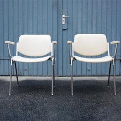 DSC 106 Castelli Stühle Giancarlo Piretti, weiß mit Armlehnen, 4er Set, Conni Kern Interior, Design und vintage Möbel, Leuchten und Objekte. Laden in Mannheim