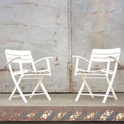 2er Set klappbare Gartenstühle aus weiß lackiertem Holz, Conni Kern Interior: Design und vintage Möbel, Leuchten und Objekte in Mannheim
