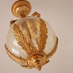 Hollywood Regency Stabpendelleuchte mit einer in goldfarbene Palmblätter gefassten Glaskugel. Conni Kern Interior, vintage Möbel, Leuchten und Objekte. Desginklassiker in Mannheim.