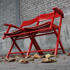 Gartenset bestehend aus zwei Klappstühlen und einer klappbaren Gartenbank aus rot lackiertem Holz, Conni Kern Interior: Design und vintage Möbel, Leuchten und Objekte in Mannheim