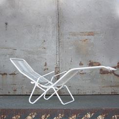 weiße Gartenliege aus Stahlrohr mit Spaghetti-Bespannung,  Conni Kern Interior: Design und vintage Möbel, Leuchten und Objekte in Mannheim