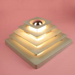 graue mid century Wandlampe mit Lamellen in Pyramidenform, Hustadt Leuchten, 1960er Jahre. Conni Kern Interior, vintage Möbel, Leuchten und Objekte. Designklassiker in Mannheim.