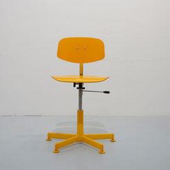 gelber Arbeitstuhl