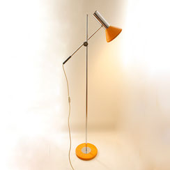 Verchromte Gelenkarm Stehleuchte in orange, Conni Kern Interior, Design und vintage Möbel in Mannheim